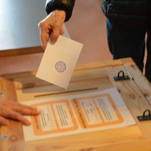 Väljare sätter ner sin valsedel