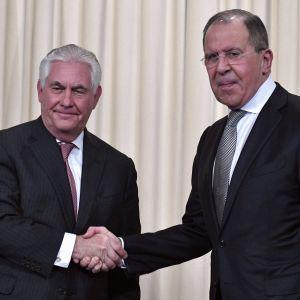 USA:s utrikesminister Rex Tillerson och Rysslands utrikesminister Sergej Lavrov efter en presskonfens i Moskva den 12 april 2017.