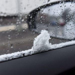 Snö på en bilvindruta