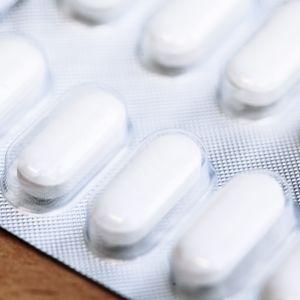 En full tablettbricka med vita tabletter i.
