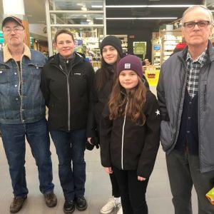 Familjen Berts-Jonsson firar en traditionell påsk. Här är de på en shoppingtur i Rewell center.