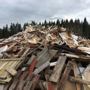 Träavfall på Ingå avfallsstation
