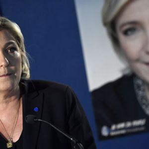 Marine Le Pen höll en presskonferens i Paris på fredagen, dagen efter Parisattacken.