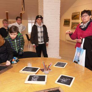 Lovisaguiden Birgit Korhonen instruerar elever från Tessjö skola och Pernå kyrkoby skola.