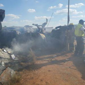 Rykande fordon, med räddningspersonal i mitten. 20 personer omkom i en olycka i Sydafrika, 19 av dem barn.