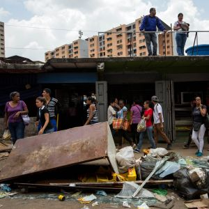 Förstörelse i Caracas fredagen den 21 april 2017 efter nattens demonstrationer och oroligheter.