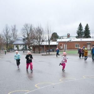 barn springer på skolgården