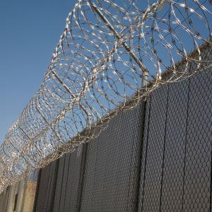 Taggtråd ovanför en fängelsemur i Arizona, USA.