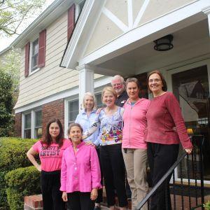 En grupp grannar i Montclair i New Jersey framför ett av husen i området där de samlats till ett motståndsmöte mot Donald Trump.