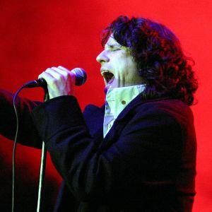 Ian Astbury sjunger.