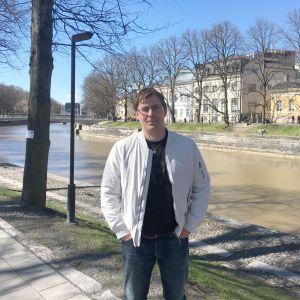 Jonas Lagerström invid Aura å i Åbo