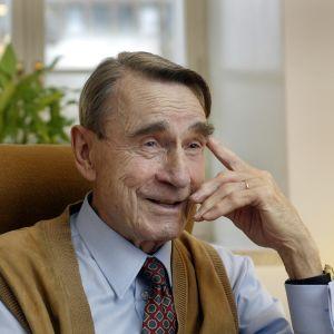 Mauno Koivisto skrattar. Bilden tagen 2003.