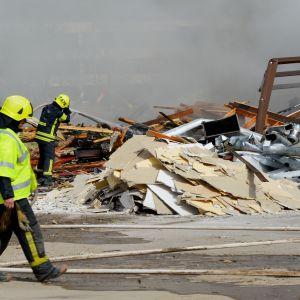 Brandmän släcker brand i Korsnäståget i Vasa.