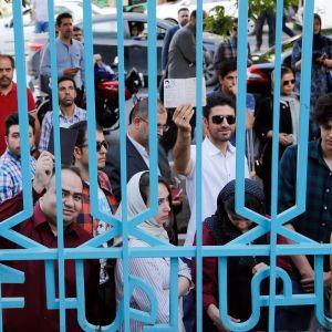 Väljare köar till en vallokal i Irans huvudstad Teheran. 19.5.2017