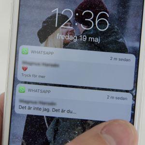 En telefon där någon läser meddelandet: Det är inte jag. Det är du...