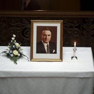 En bild av Mauno Koivisto framställd under minnesstunden i Ständerhuset