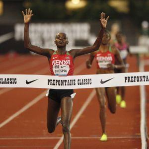 Celliphine Chespol korsar mållinjen som etta och sträcker händerna i luften