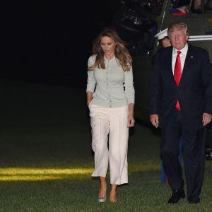 President Donald Trump med sin fru Melania då de  återvände hem från sin resa i Mellanöstern och Europa. Trump vägrade att kommentera klimatavtalet