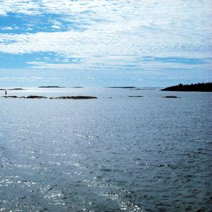 En bild på ett blått hav, kobbar och skär och blå himmel.