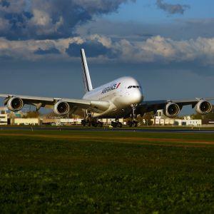 En A389 från Air France landar i Montréal.