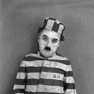 Charles Chaplin elokuvassa Kahlekarkuri (The Adventurer, 1917)