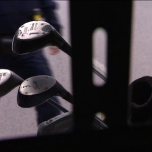 Golflaukku poliisiauton kyydissä. Kyseessä symbolinen kuva.