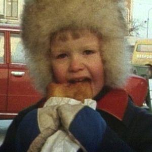 Petteri syö lihapiirakkaa Kuopion torilla.