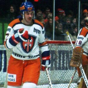 Tampereen Tappara valmistautuu jäällä HIFK-otteluun 1977.