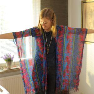 Toimittaja pukeutuneena kimonoon