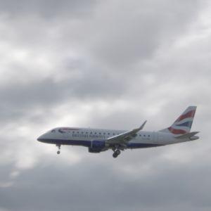 Lentokone laskeutuu Lontoossa.