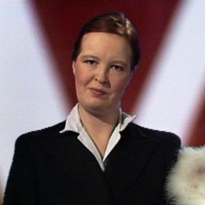 Leena Uotila (ulkomaalaisviraston päällikkö) ja Tuija Ahvonen (juontaja) sketsissä 1982.
