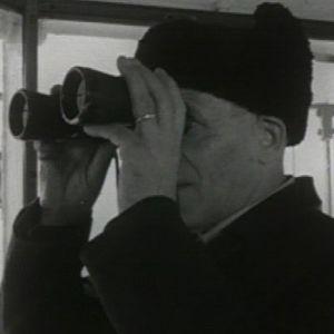 Eelis Wallenius katsoo kiikareilla majakasta.