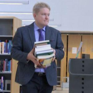 Bioetiikkaa tutkiva Heikki Saxén kirjastossa