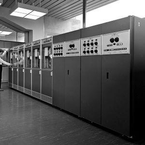 Yleisradion ATK-keskus. Huoltoteknikko Nordlund työssä Yleisradion ATK-keskuksessa Kesäkadulla. GE 415-16 on keskisuuri tietokone.