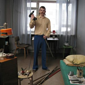 Tv-antennia rakennetaan. Kuva dokumenttielokuvasta Disko ja ydinsota.