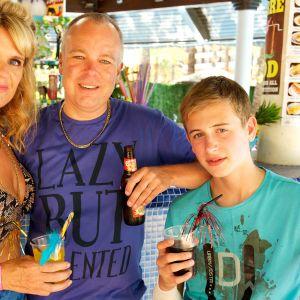 Janice (Siobhan Finneran), Mick (Steve Pemberton) ja Michael (Oliver Stokes) Garvey viihtyvät Benidormissa.