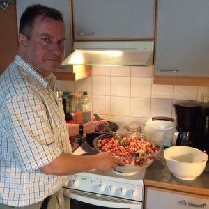 Jarmo Kehusmaa valmistaa Camarguen riisisalaattia.