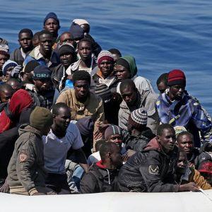 Paljon ihmisiä kumiveneessä