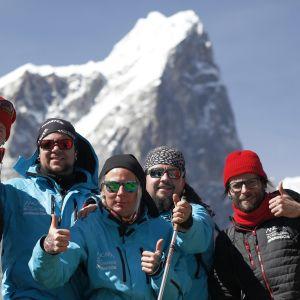 Rock-bändi Ancara Himalajalla peukut pystyssä