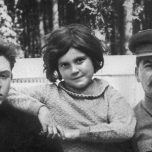 Josif Stalinin suosikkityttären lapsuus hirmuvallan varjossa oli onneton ja sai hänet pakenemaan rautaesiripun alta länteen kylmän sodan aikana.