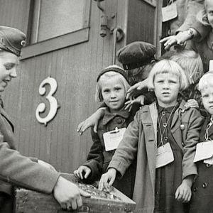 Suomesta lähetettiin sodan jaloista kymmeniä tuhansia lapsia Ruotsiin.