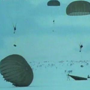 Laskuvarjojääkärikoulun pelastautumisharjoituksessa jääkärit pudotetaan helmikuisen Lapin tunturialueelle.