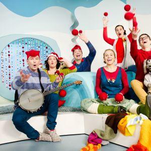 Pikku Kakkosen juontajat joululavasteissa