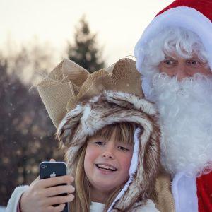 Joulupukki ja lapsi.