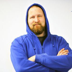Paleface sinisessä hupputakissa, Suomi 100 -logo kuvan yläreunassa.
