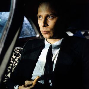 Vesa Vierikko istuu autossa elokuvassa Katsastus