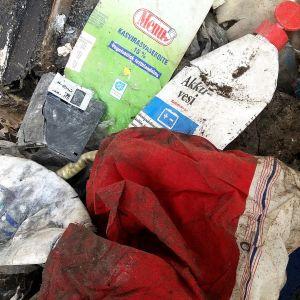 Kymmeniä vuosia vanhan kaatopaikan maakerrosten alta löytynyttä jätettä.