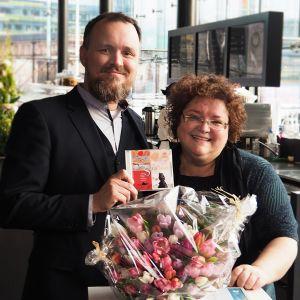 Levy-yhtiö Alban toimitusjohtaja Erkki Nisonen ja viulisti Kreeta-Maria Kentala pokkaavat Ylen Vuoden levy 2016 -palkinnon Musiikkitalossa.