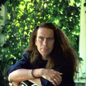 Mikko Kuustonen juonsi Q ja tähdet musiikkiohjelmasarjaa vuosina 1992 ja 1993.