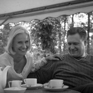 Laura Malmivaara nojaa Samuli Edelmannin käsivarteen.